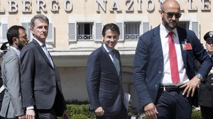 El designado primer ministro italiano Giuseppe Conte (centro) a su llegada a la reunión que ha mantenido con el presidente del Parlamento, Roberto Fico.