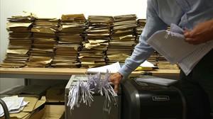 Destrucción de documentos con información personal.