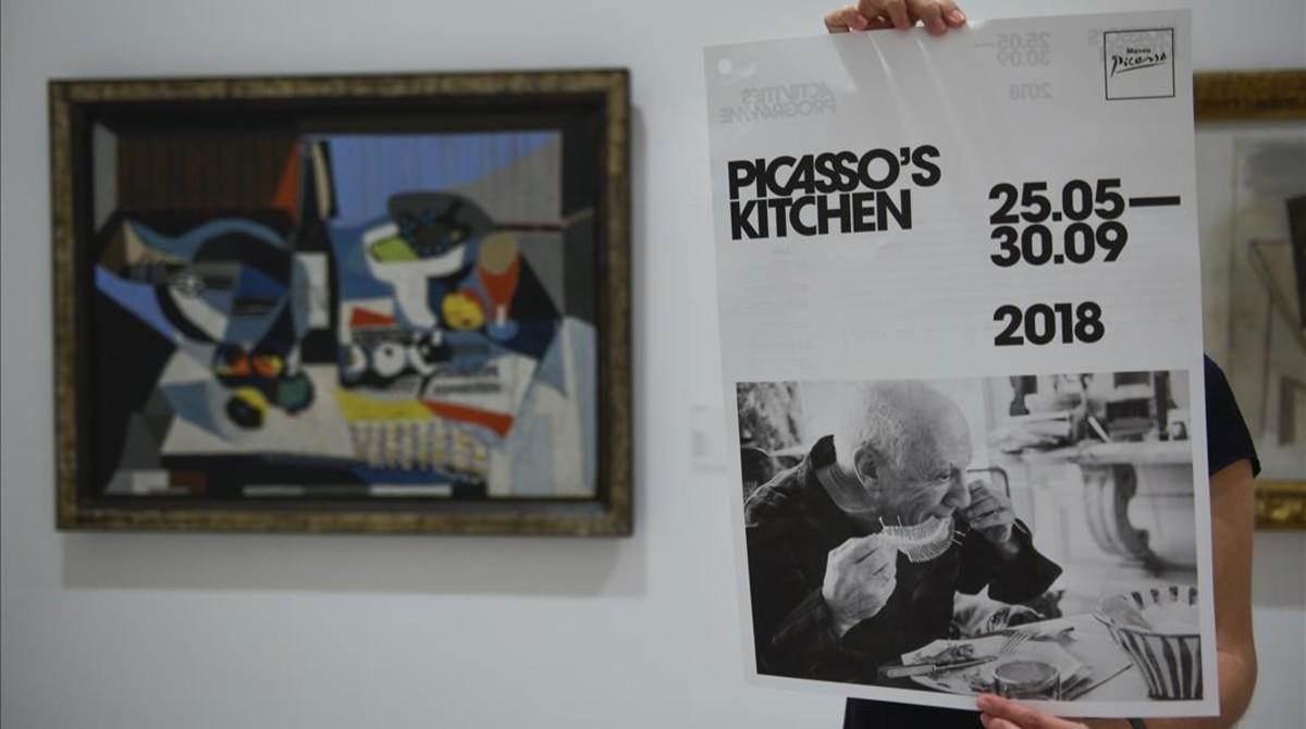 Detalle del cartel, con una obra al fondo de Picasso, enla muestra sobre el artista malagueñoy la cocina, en el Museu Picasso.