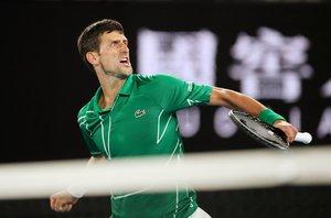 Novak Djokovic celebra un punto ante Roger Federer.