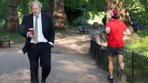 Boris Johnson camina ayer miércoles porSt JamesPark, en el centro de Londres.