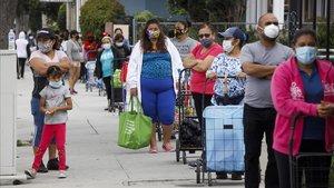 Residentes en Sana Ana, California, haciendo cola en el Banco de Alimentos.
