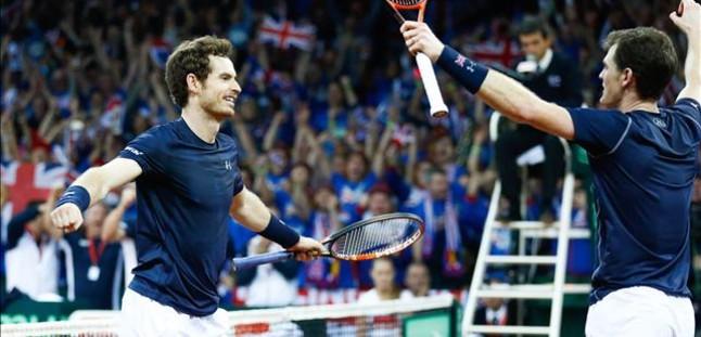 Els germans Andy (esquerra) i Jamie Murray, després de guanyar el doble.