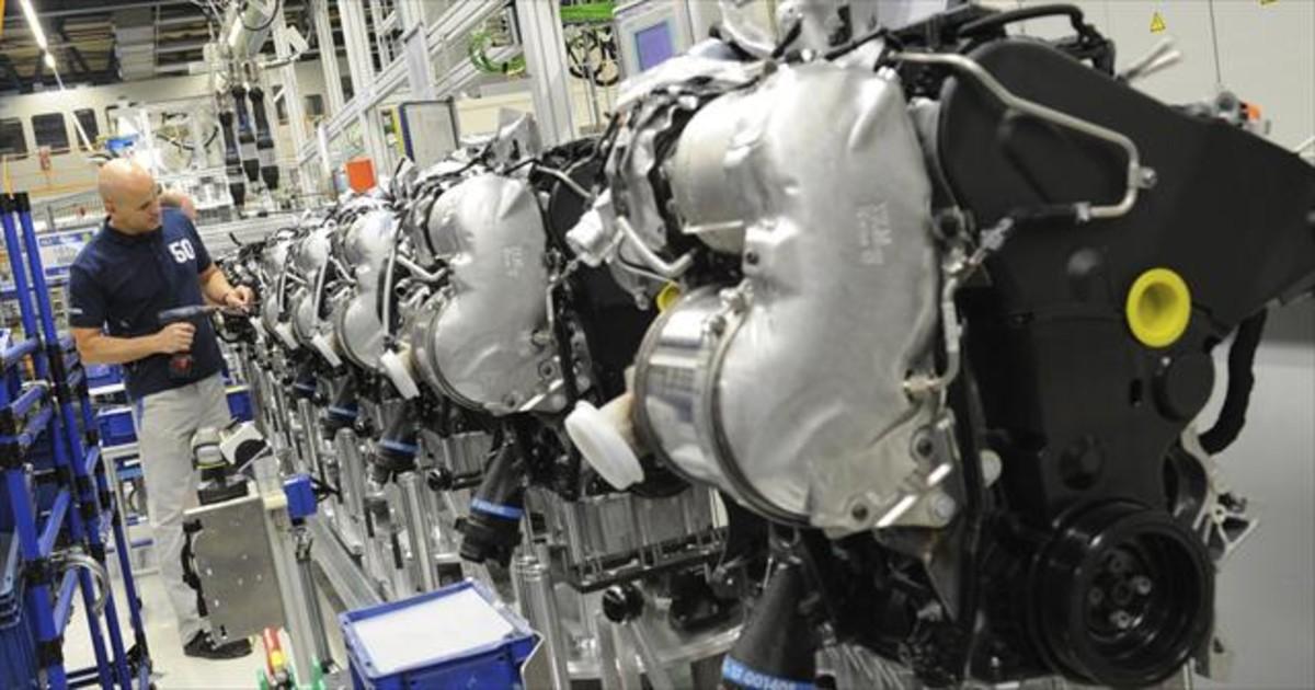 Un empleado de Volkswagen trabaja en unos motores diésel en la planta de Salzgitter (Alemania).