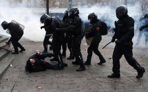 Enfrentamientos entre policías y manifestantes en París.