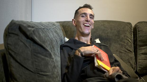 Alex Roca sufrió alos seis años una parálisis cerebral que lesupone una discapacidad fisica del 76%. Aún así, siguecumpliendo sus objetivos. Ahora acaba de publicar el libro 'El límite te lo pones tú'.