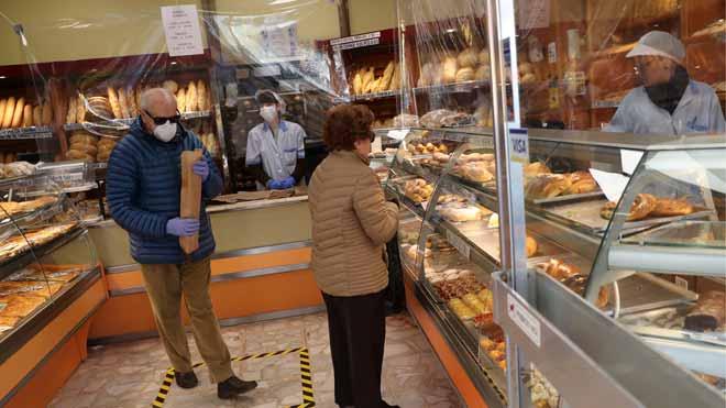 España alcanza un máximo de muertes diarias con 838 fallecidos. En la foto, una panadería de Madrid protegida con plásticos para evitar contagios.
