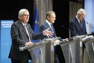 BRU. Brussels (Belgium), 25/11/2018.- (L-R) European Commission President Jean-Claude Juncker, European Union Council President Donald Tusk, Michel Barnier, the European Chief Negotiator of the Task Force for the Preparation and Conduct of the Negotiations with the United Kingdom under Article 50 give a press conference at the end of the European Council meeting in Brussels, Belgium, 25 November 2018. The leaders of the 27 remaining EU member countries (EU27) have endorsed the draft Brexit withdrawal agreement and approved the draft political declaration on future EU-UK relations in a special meeting of the European Council on Britain leaving the EU under Article 50. (Bélgica, Reino Unido, Bruselas) EFE/EPA/OLIVIER HOSLET