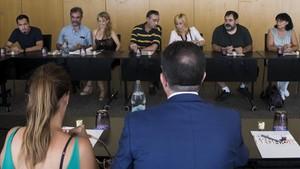 Miembros del comitéde huelga de Eulen yrepresentantes de la dirección de laempresa,durante unareunión negociadora celebrada el pasado 17 de agosto