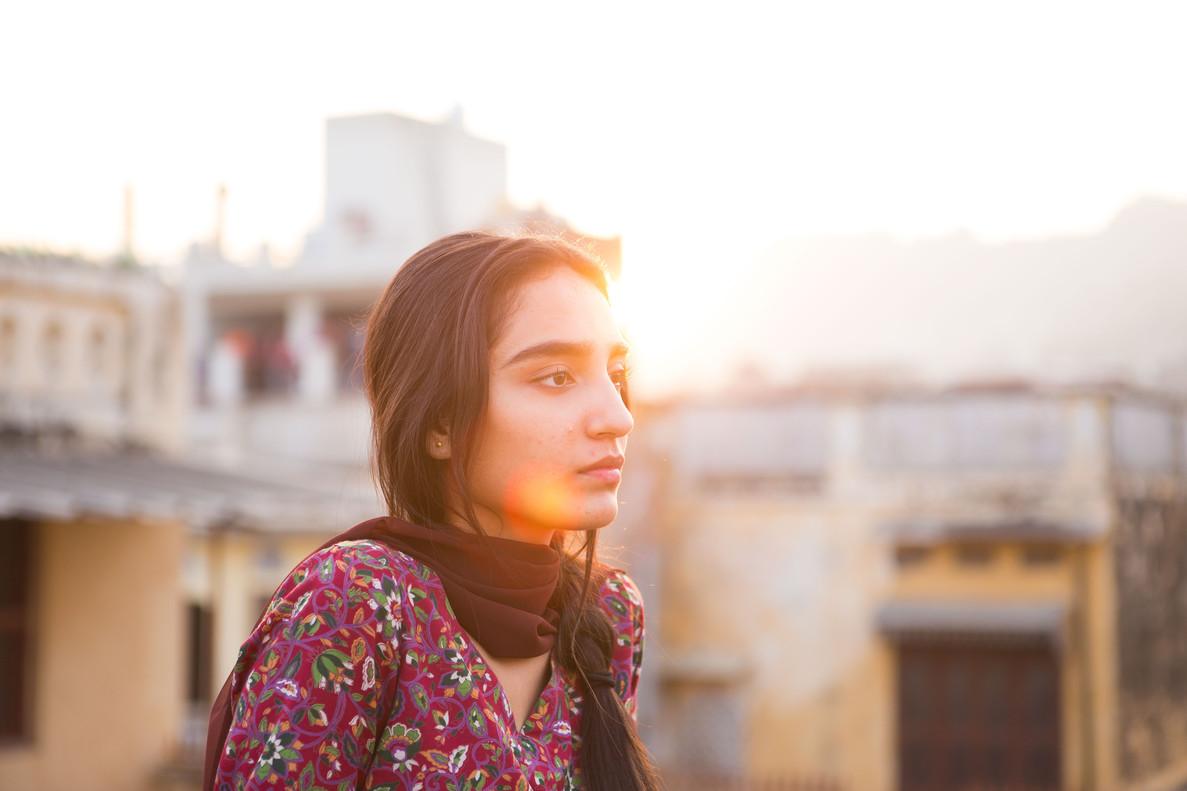 La joven Nisha (Maria Mozhdah), una chica atrapada entre dos mundos.