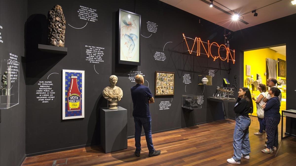 El rótulo de Vinçon domina la sala de la exposición 'Barcelona Flashback'en la que las piezas se explican en primera persona.