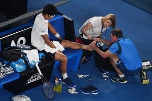 Los servicios médicos de Melbourne atienden a Chung y tratan, sin éxito, de curarle el pie.