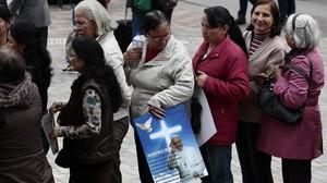 Feligreses esperan la llegada del Papa Francisco en las inmediaciones de la catedral de Bogotá.