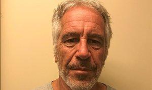 El financiero Jeffrey Epstein aparece en una fotografía tomada para el registro de delincuentes sexuales de la División de Servicios de Justicia Criminal del Estado de Nueva York, 28 de marzo de 2017