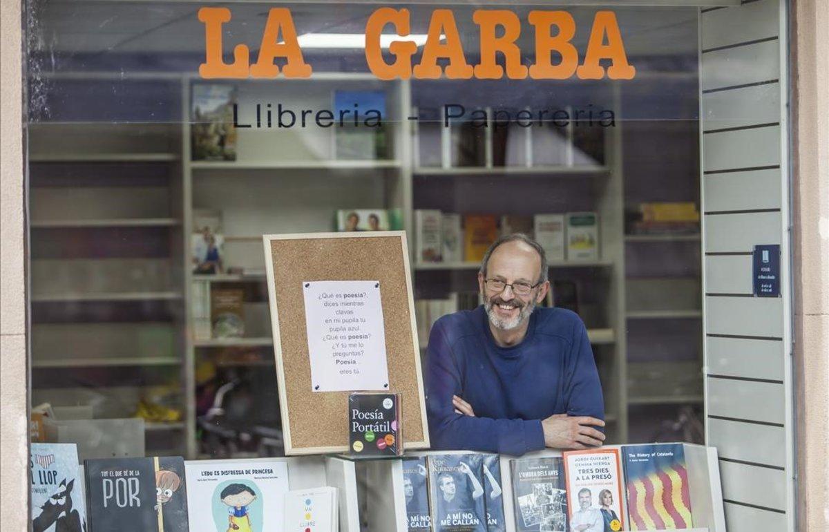 Luis Ignacio Monzón presidente de la Asociación Barceloneta Alerta ante la Llibreria la Grada, que acaba de ser reabierta.