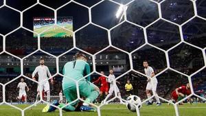 De Gea no logra detener el disparo de Cristiano, que significó el 2-1 al final de la primera parte.
