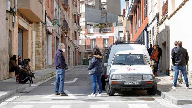 El Govern pide el confinamiento total de la Conca d'Òdena. En la foto, cola devecinos frente a una farmacia en Santa Margarida de Montbui, uno de los municipios de la Conca d'Òdena, cuyos vecinos permanecen confinados.