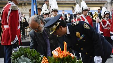 La Guardia Urbana, con Amadeu Recasens, comisionado de seguridad del Ayuntamiento de Barcelona (izquerda), realiza su ofrenda floral al monumento de Rafael Casanova.