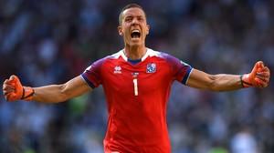 Halldórsson celebra haber parado el penalti a Messi.