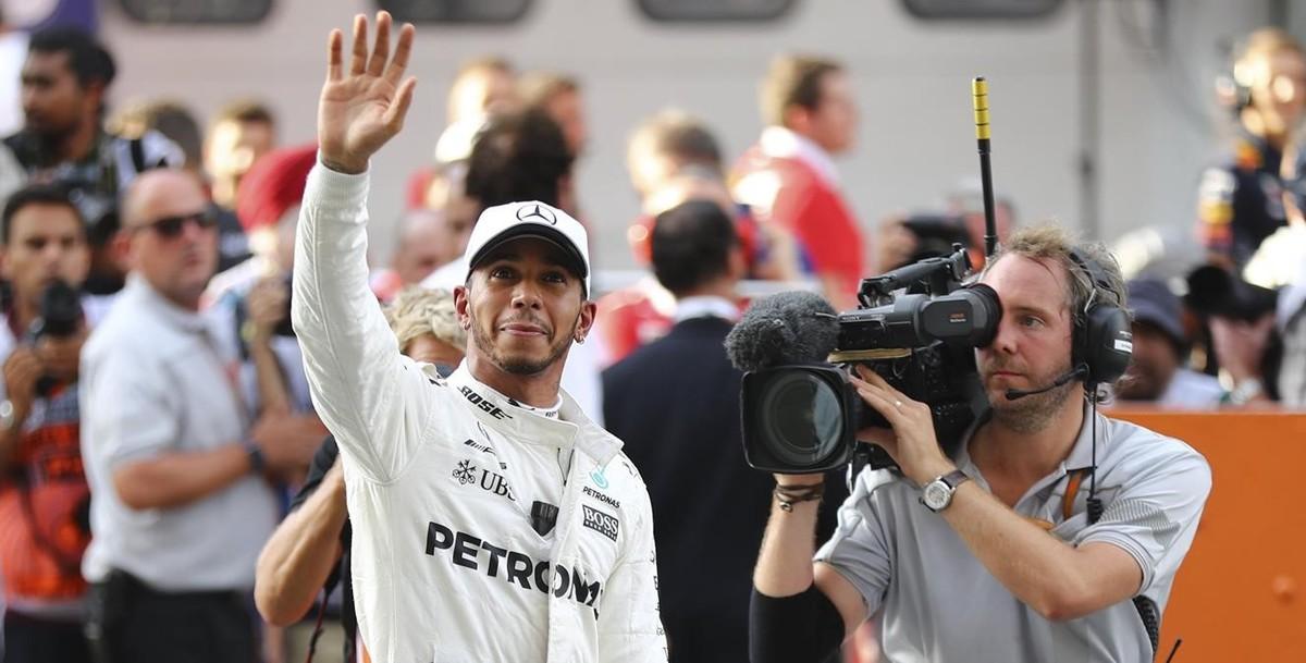 Lewis Hamilton saluda a sus seguidores tras lograr la pole enMalasia.