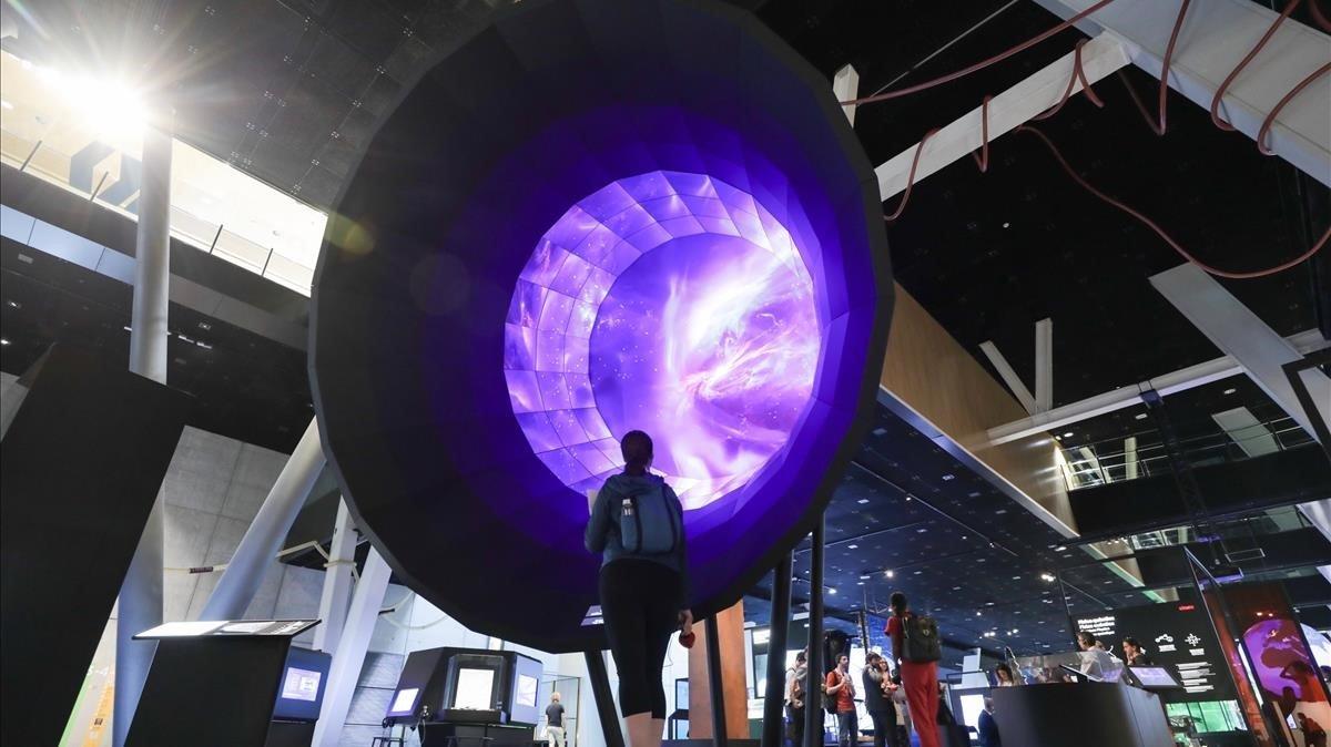 El hilo argumental de 'Univers' arranca con un recreación del 'Big Bang'en una instalación con forma de campana