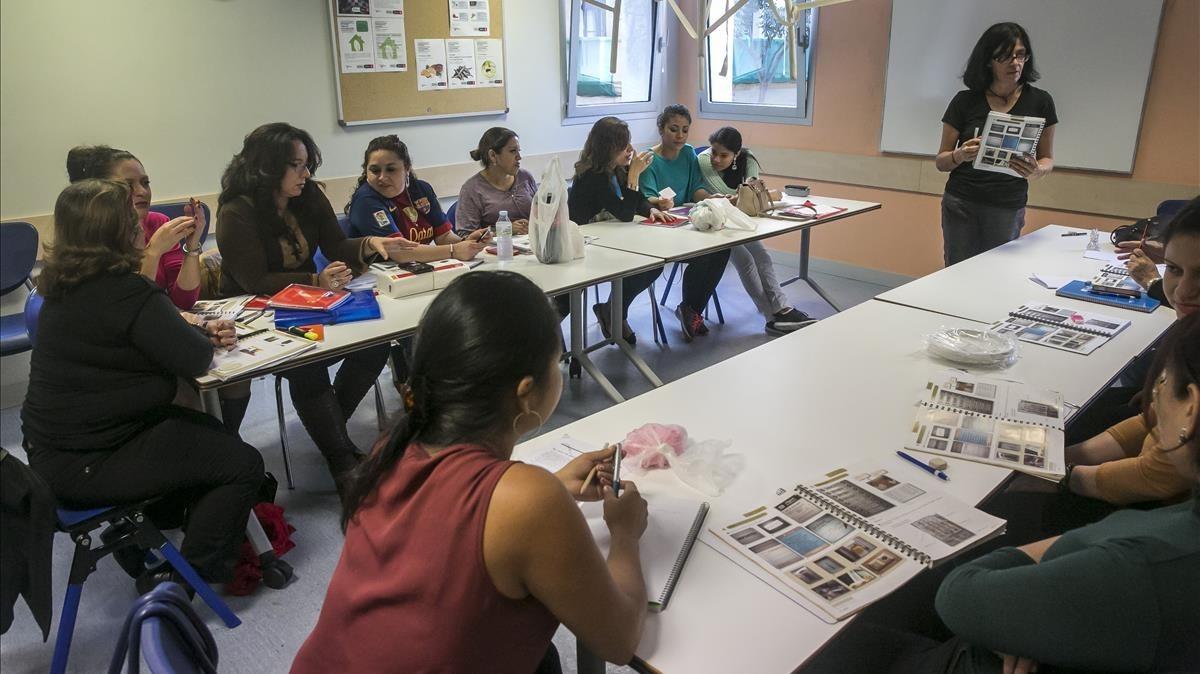 Hondureños recibiendo clases de catalán en el CentreCivic del Sortidor, en elPoble Sec.