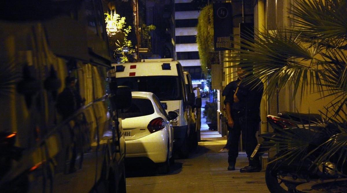 Los mossos registran la librería Europa, en la calle de Sèneca de Barcelona,el pasado viernes.