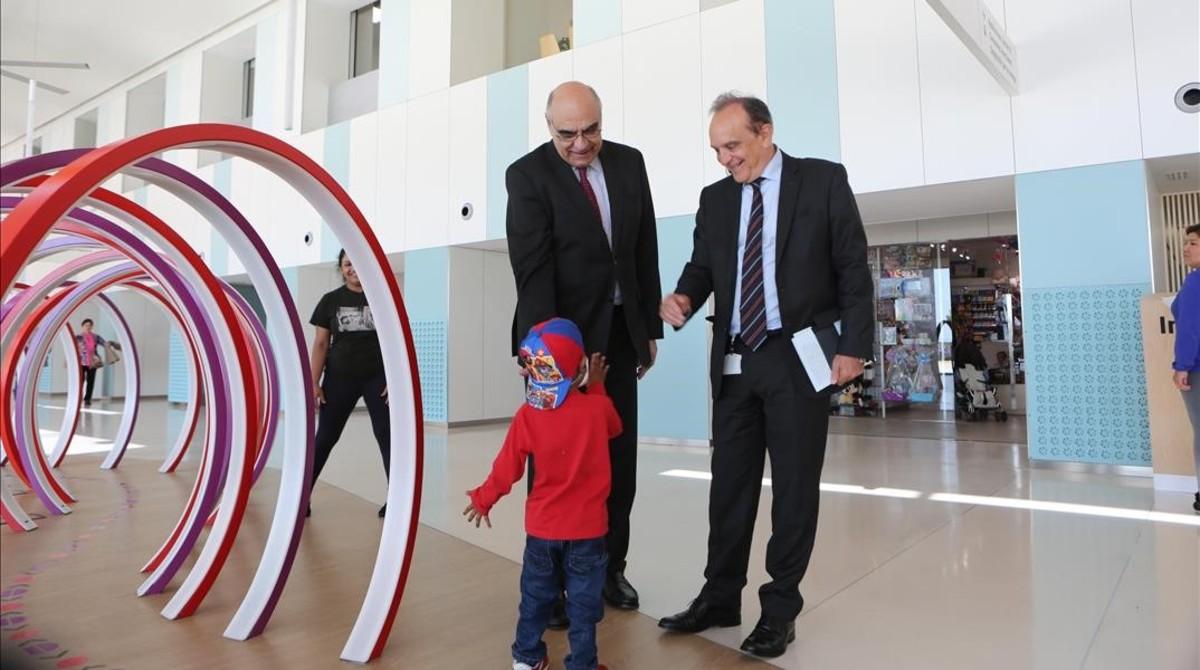 Un niño en la inauguración del nuevo espacio de juegos del vestíbulo del Hospital de Sant Joan de Déu.