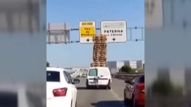 Identifican a un conductor que llevaba 32 palés en el techo de su furgoneta, en Paterna.