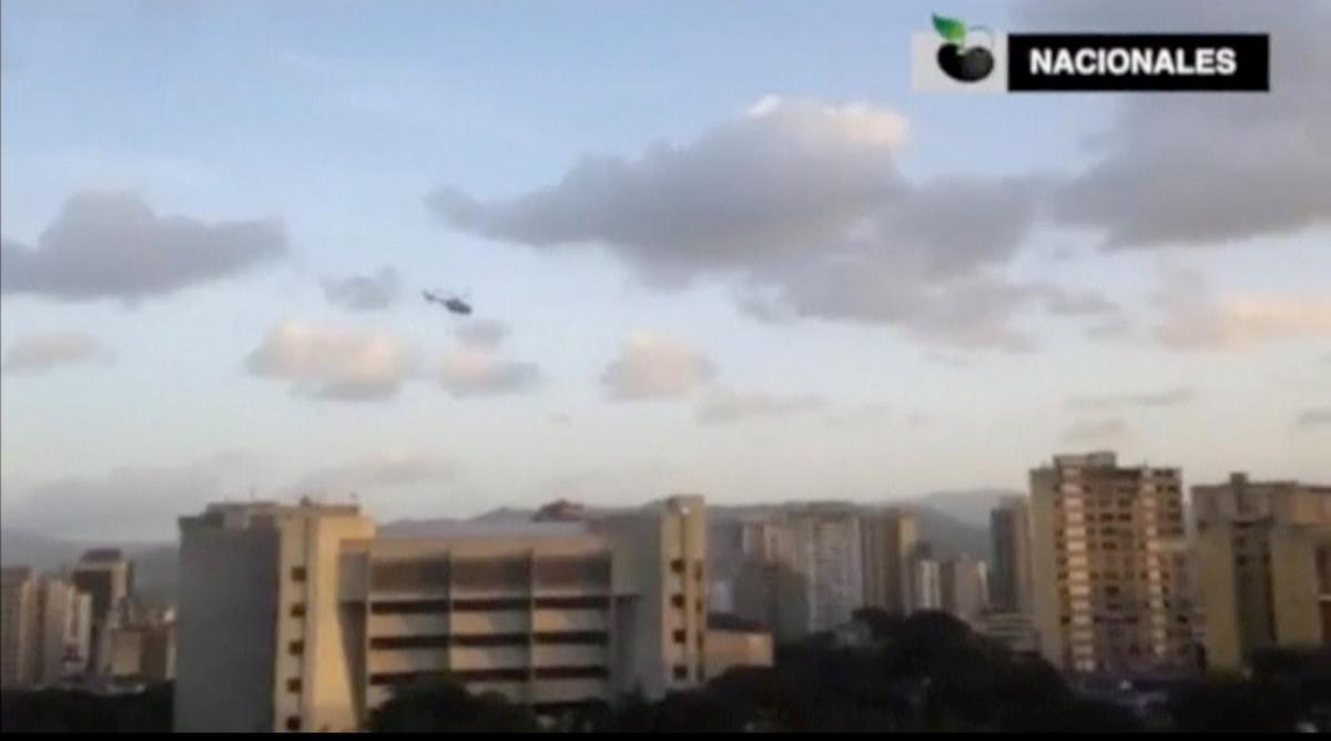 Imagen del helicóptero sobrevolando la sede del Tribunal Supremo, este martes en Caracas.