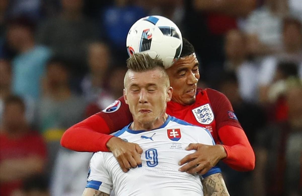 El inglés Chris Smalling en acción con eslovaco Juraj Kucka.