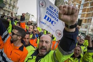 Protesta de estibadores ante la sede de la Delegación del Gobierno en València.
