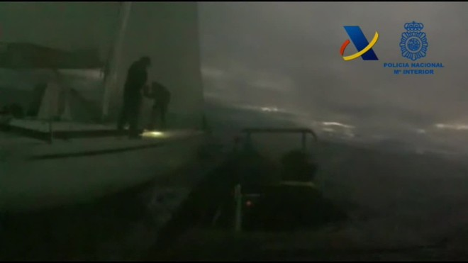 Un velero cargado con 1.850 kilos de cocaína ha sido interceptado en aguas cercanas a Canarias.