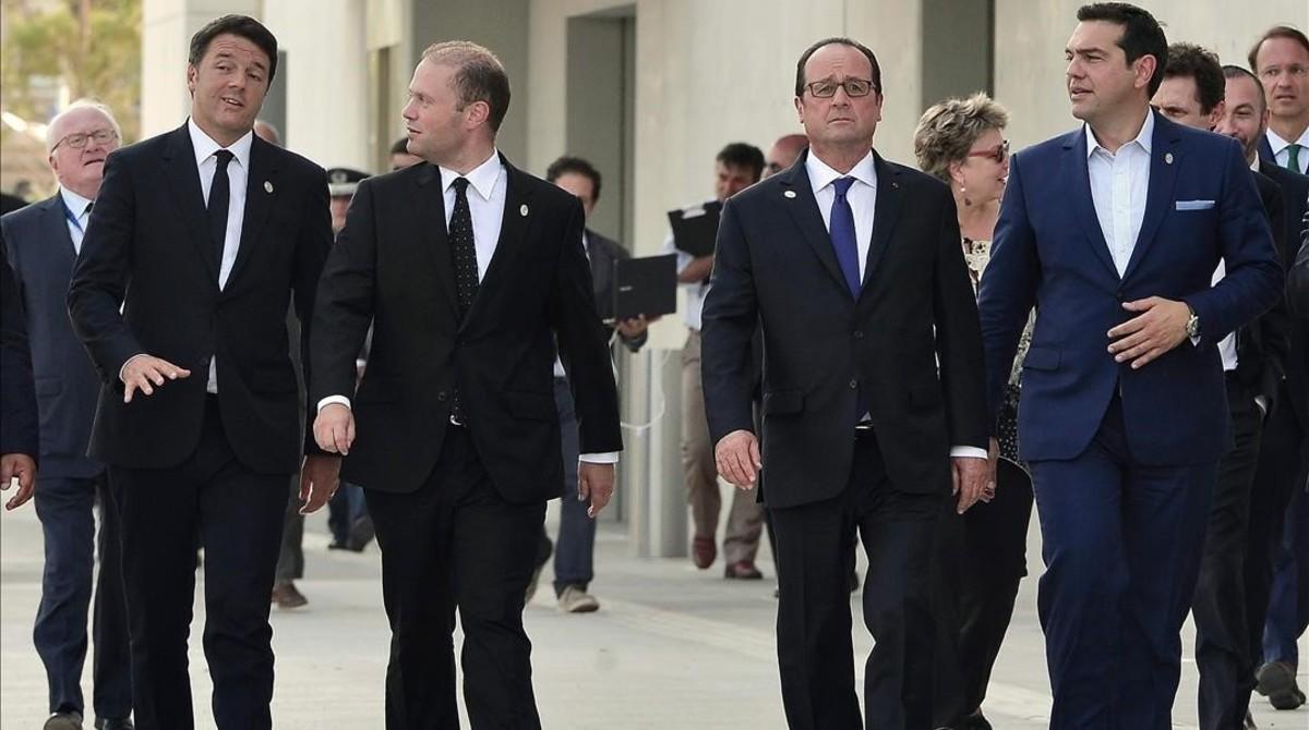 De izquierda a derecha, el 'premier' italiano, Matteo Renzi, y su homólogo maltés, Joseph Muscat; el presidente francés, François Hollande, y el primer ministro griego Alexis Tsipras , en Atenas, este viernes.