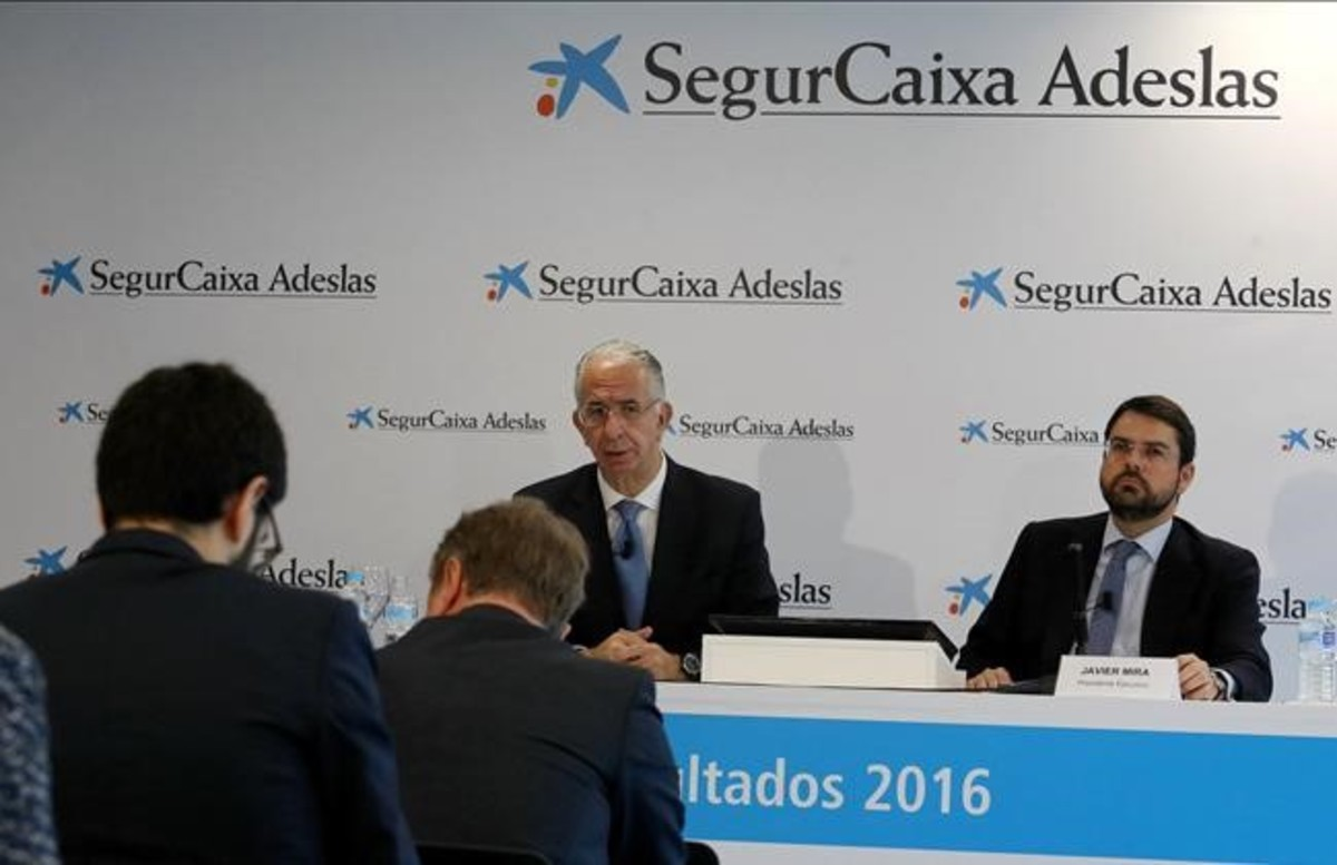 Javier Murillo, consejero-director general, de Adeslas, y Javier Mira, presidente ejecutivo de SegurCaixa, en una imagen de archivo.