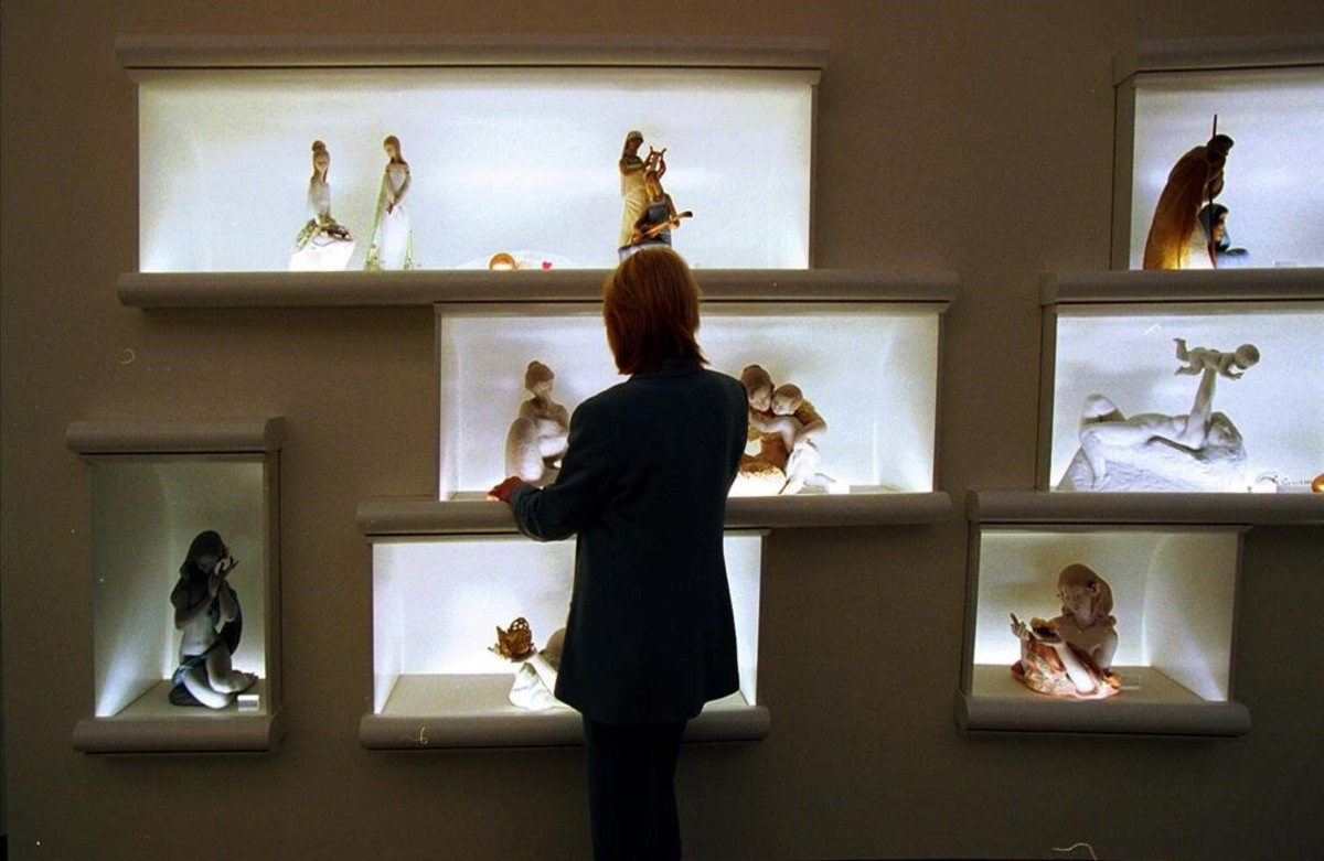 Una mujer mirando figuras de Lladró en una de sus tiendas.