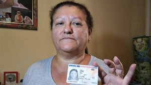 Juana Escudero muestra su DNI renovado con dificultad al estar legalmente muerta desde 2010.