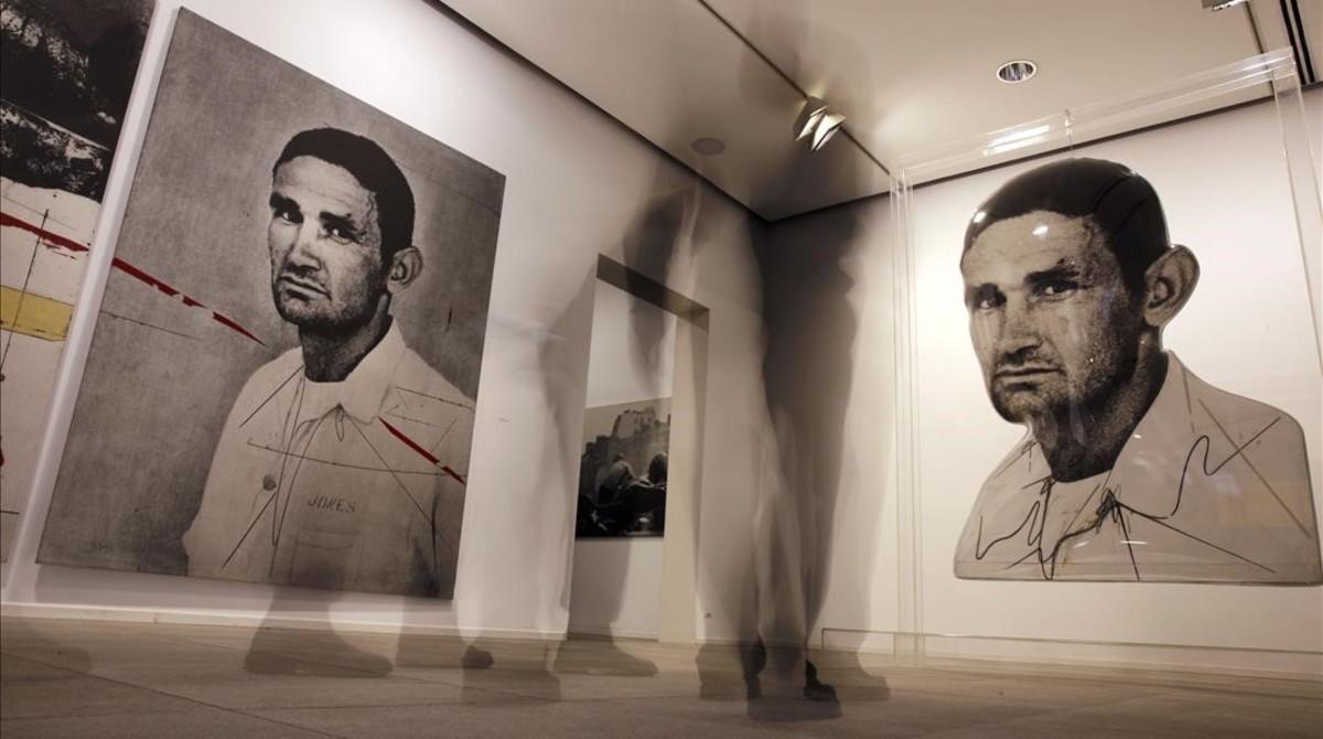 Jones-raya rojay Jones, dos de las piezas realizadas por Darío Villalba a partir de la misma fotografía, en la exposición de la Fundació Suñol.