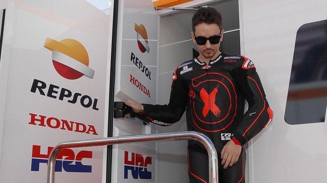 Jorge Lorenzo desciende del camión del equipo Repsol-Honda, el día que, por vez primera, probó la Honda en Cheste (Valencia).