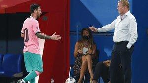 Koeman se dispone a saludar a Messi en el duelo ante el Girona de la pretemporada.
