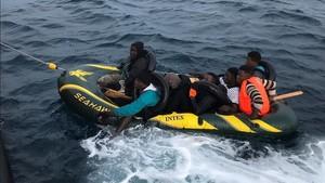 Una de las barcas de juguete rescatadas este fin de semana en aguas del estrecho de Gibraltar.