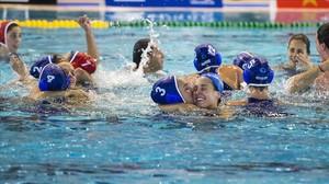 Las jugadoras del Sabadell celebran el título.