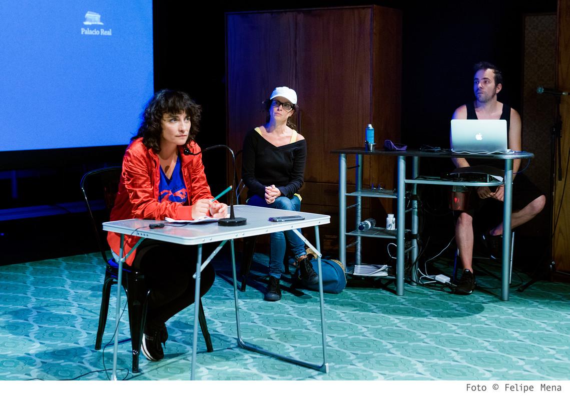 Gemma Brió (izquierda), Tàtels Pérez y Enric Alarcón interpretanesta obra.