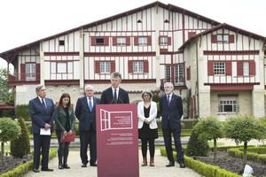 Jonathan Powell lee la versión en inglés de la Declaración de Anaga, en Cambo-Les Bains (País Vasco francés).