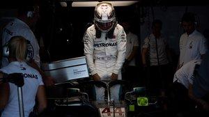 Lewis Hamilton se mete en su Mercedes, en Suzuka (Japon).