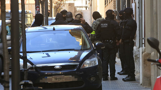 Los Mossos, en los alrededores del Ateneu Llibertari, durante la operación contra círculos anarquistas violentos.