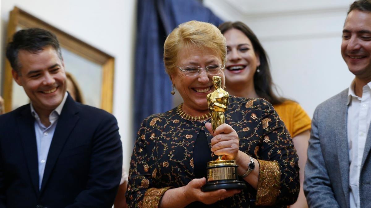 Bachelet, con el oscar, y el equipo de la película Una mujer maravillosa.