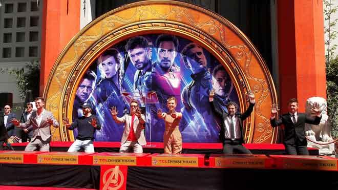 Los actores de 'Vengadores: Endgame' dejan sus huellas en el Paseo de la Fama de Hollywood.
