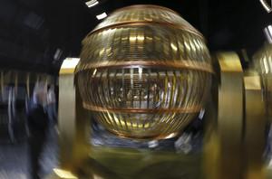 Uno de los bombos que repartirán la suerte en el sorteo extraordinario de Lotería de Navidad de este martes en el Teatro Real.