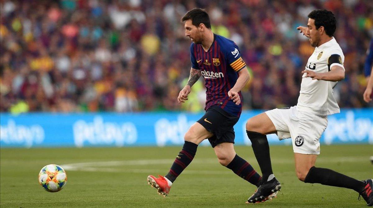 Los dos capitanes, Messi y Parejo, en una acción de la final.